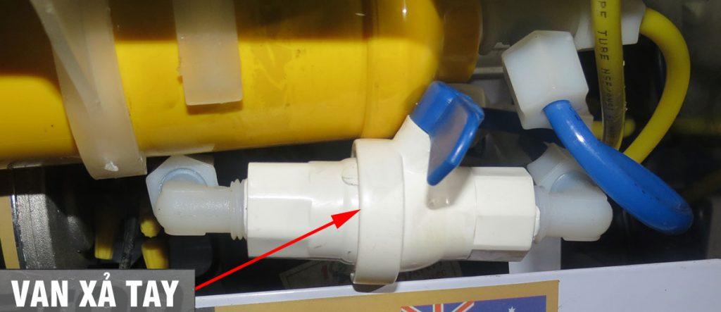 Van xả tay bị bám cặn làm cho máy lọc nước ra nhiều nước thải