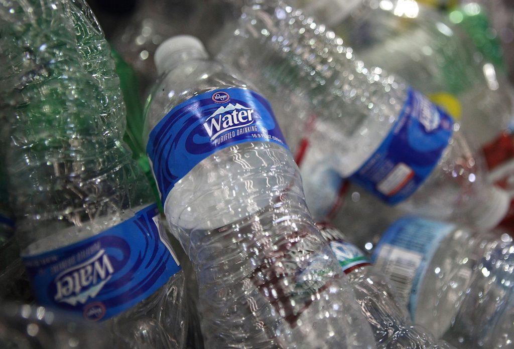 Các loại nước đóng chai bình không rõ nguồn gốc với nhãn mác sơ sài, không qua kiểm chứng đang tràn lan trên thị trường.